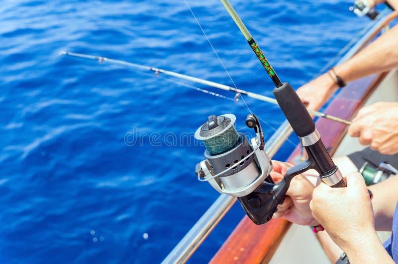 钓鱼从小船的渔夫在海 库存照片