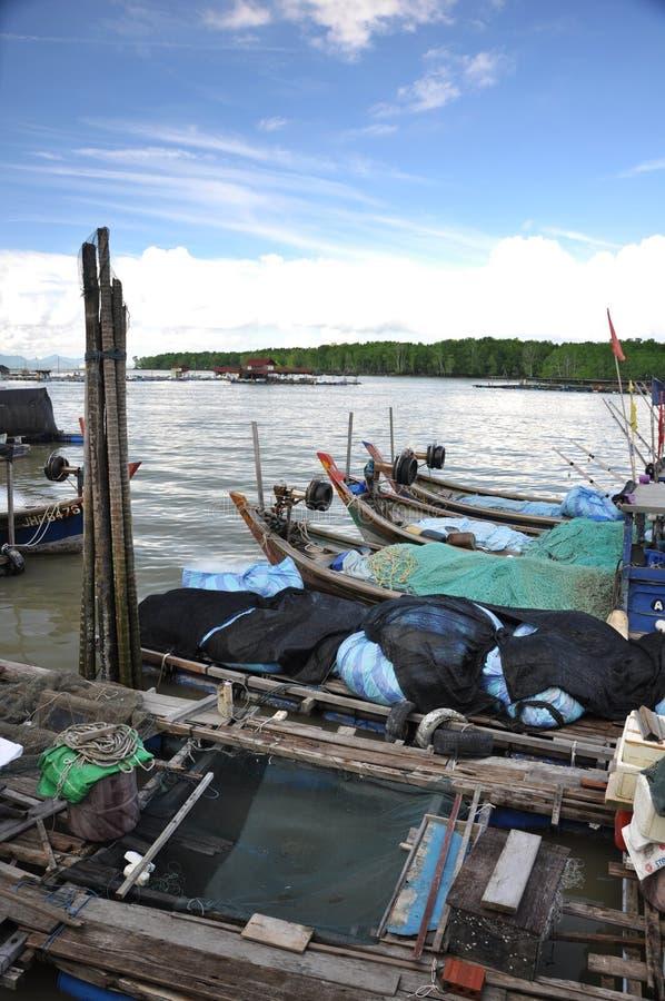 钓鱼kukup村庄的小船 免版税库存照片