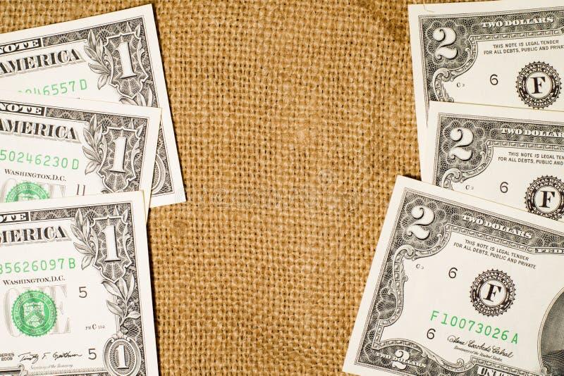 钞票美国$1和$在大袋的2美元 库存图片