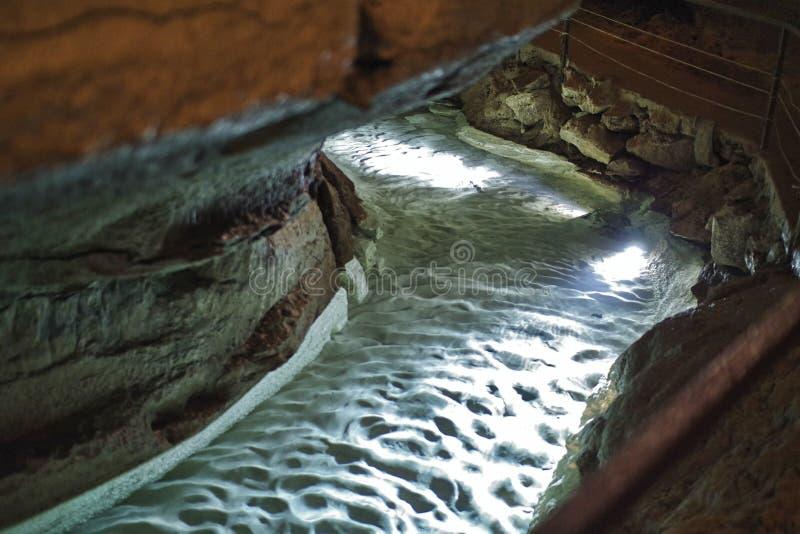 钟乳石洞的一条河是去的低谷 库存照片