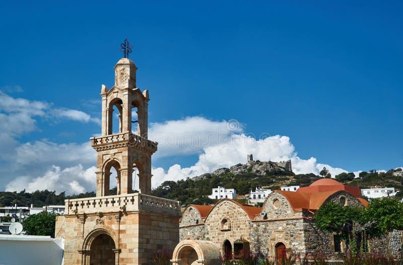 钟楼东正教和石城堡的废墟 免版税库存照片