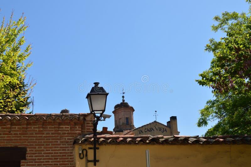 钟楼其中一个埃纳雷斯堡教会有鹳尼斯巢的在埃纳雷斯堡 建筑学旅行Histor 免版税库存照片