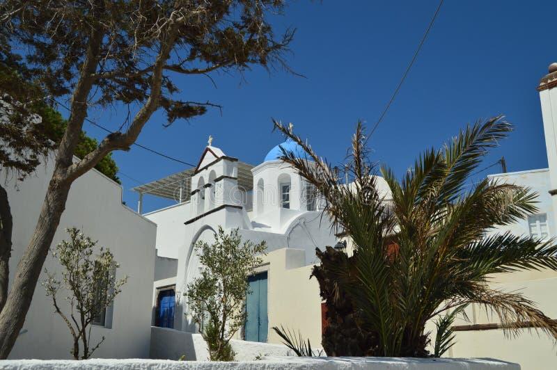钟楼和Pyrgos Kallistis美丽的教会的主要门面在圣托里尼逃出克隆岛的  旅行,巡航,建筑学, 免版税库存图片