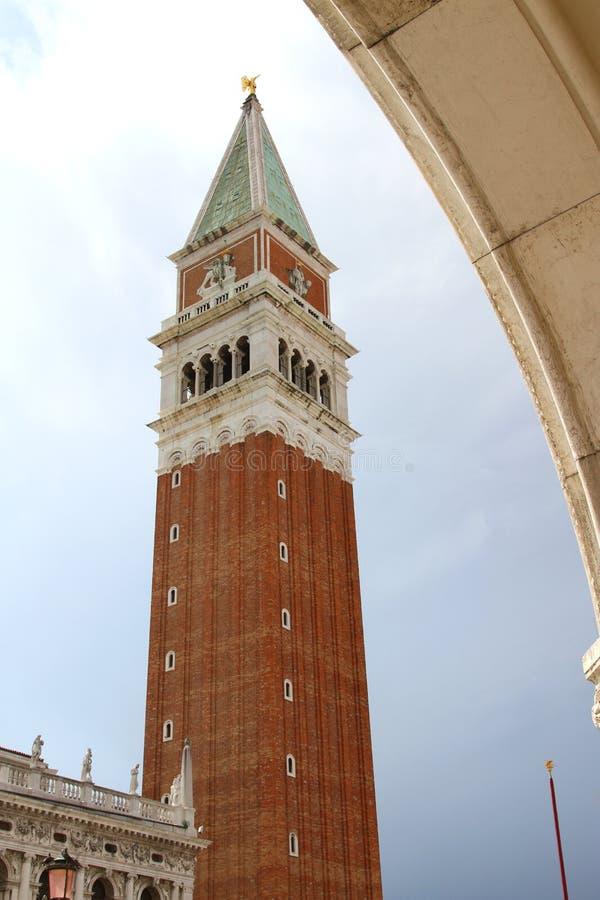 钟楼在威尼斯意大利告诉了Campanile di圣Marco 免版税库存图片