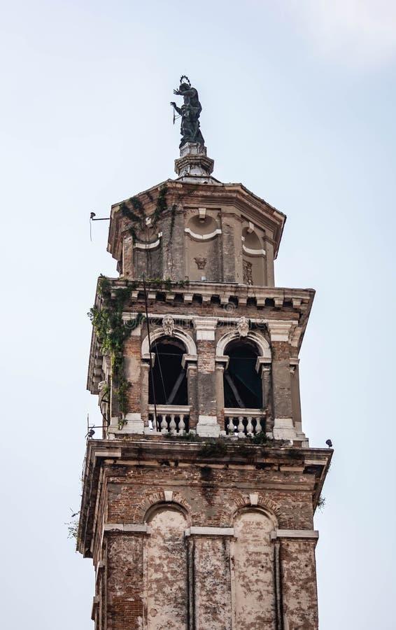 钟楼细节在威尼斯 有许多教会和样式他们怎样被修造 一个确定的展示 免版税库存照片