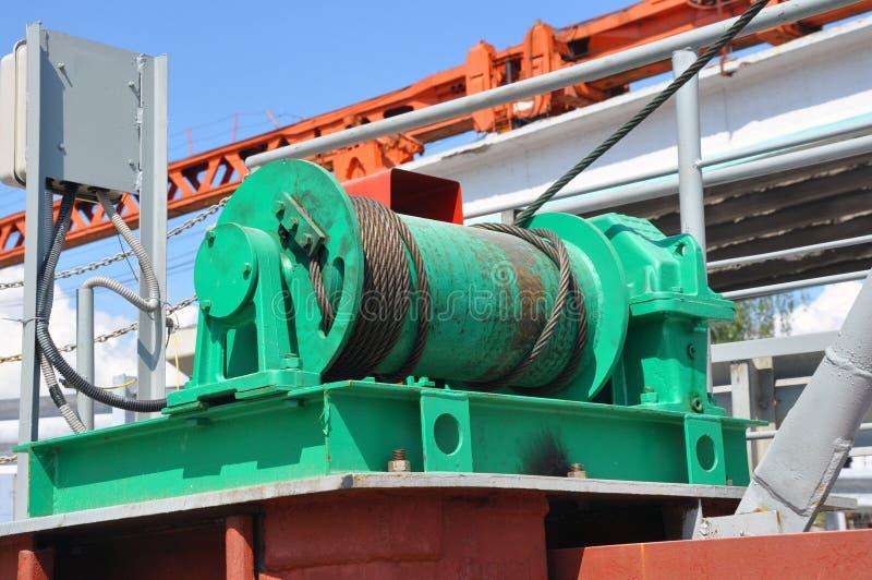 钢丝绳吊索或缆绳吊索在起重机卷轴鼓或起重机绞盘卷举的机器 免版税库存照片