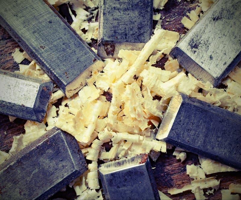 钢刀片许多凿子和锯木屑碎片与老被定调子的e 免版税库存图片
