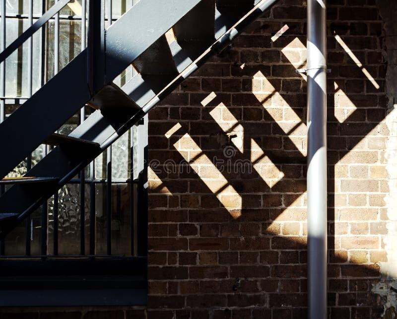 钢台阶阴影砖玻璃细节 免版税库存图片