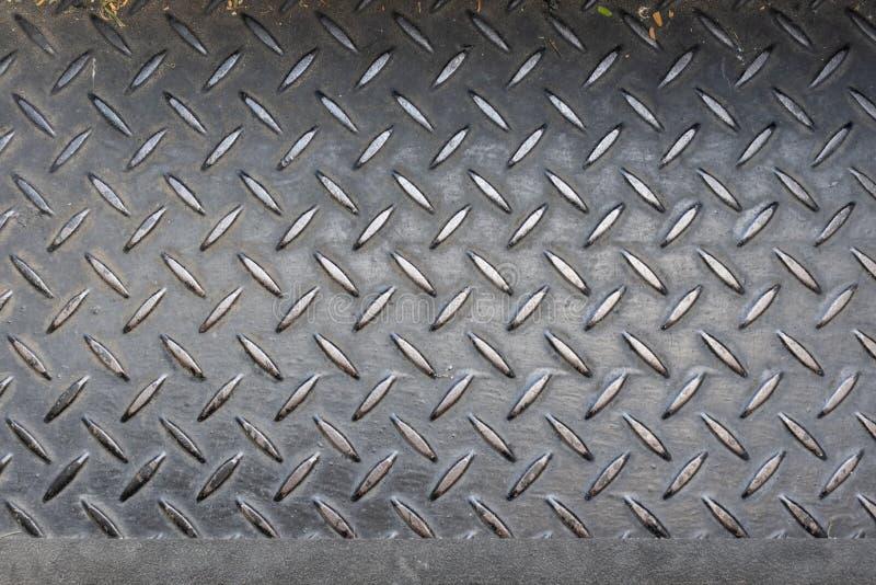 钢在楼梯步的验查员板材防滑的纹理背景与failling的警告的安全线在边缘 免版税库存图片