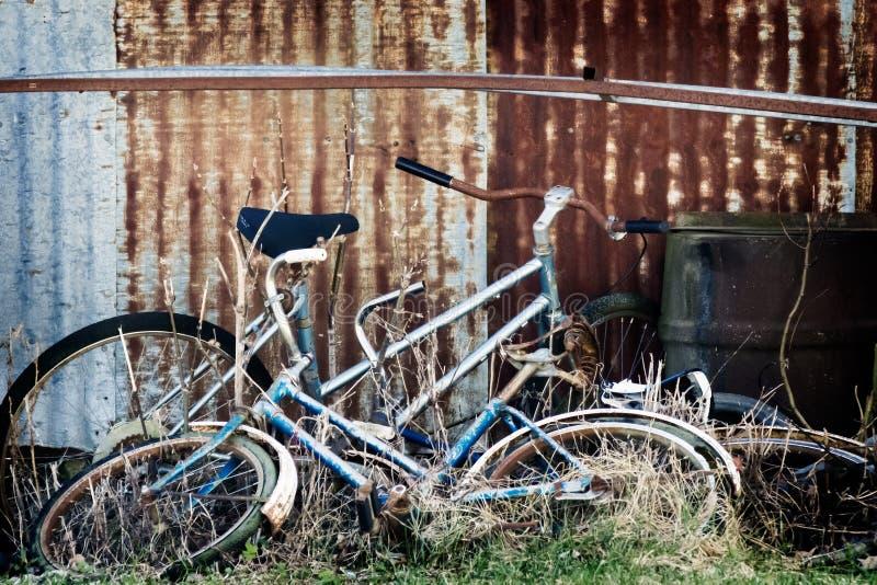 钢墙壁放弃的葡萄酒自行车; 免版税图库摄影