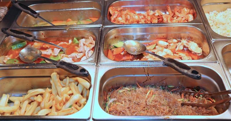 钢容器在有非常鲜美东方人的fo中国餐馆 免版税库存图片
