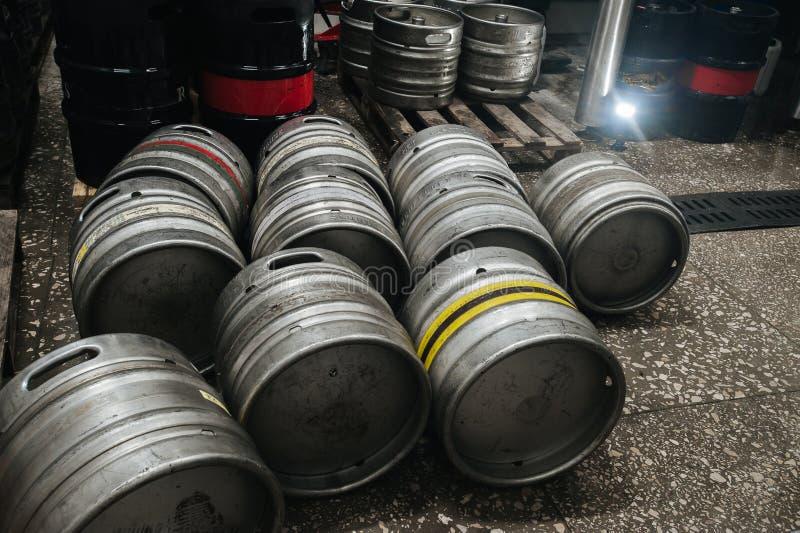 钢工业堆啤酒小桶反对 免版税库存照片