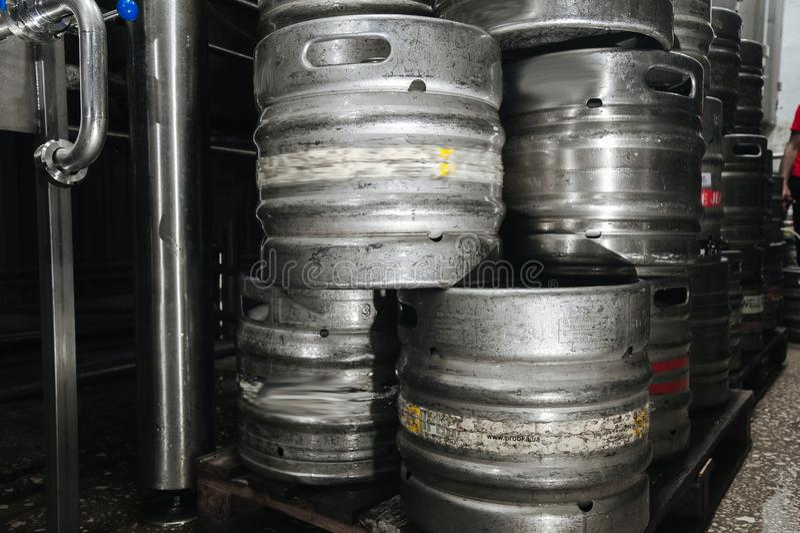 钢工业堆啤酒小桶反对 库存照片