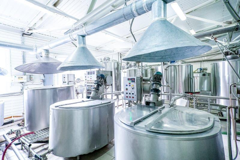 钢新的管道和大桶在牛奶工厂 免版税图库摄影
