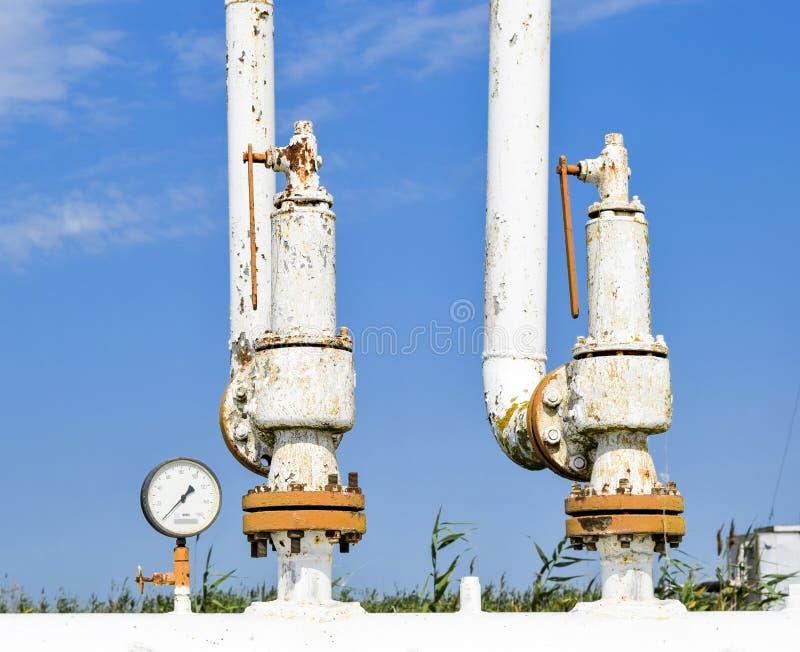 钢春天安全阀和压力表在压力容器 油田设备 免版税库存图片