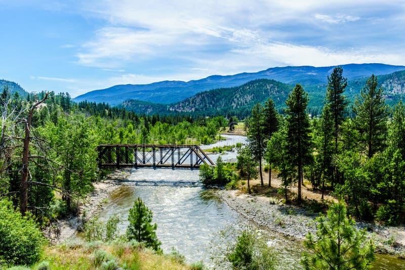 钢桁架桥ove在梅里特和Spences之间的Nicola河在不列颠哥伦比亚省跨接 库存图片
