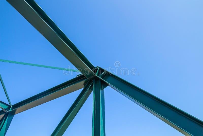 钢桥梁建筑的射线蓝天backgroun的 免版税库存照片