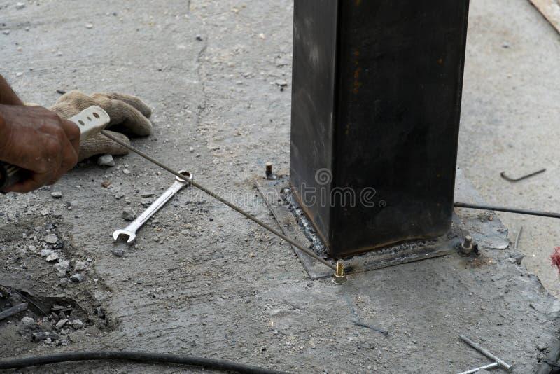 钢焊接在坚果的水泥地板上的和坐了钢制框架 免版税库存照片