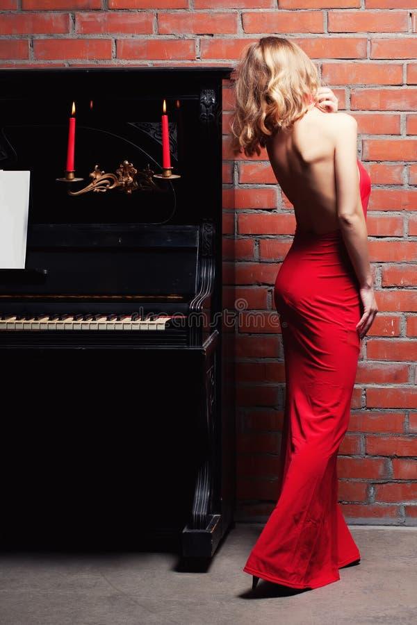 钢琴妇女 免版税库存图片