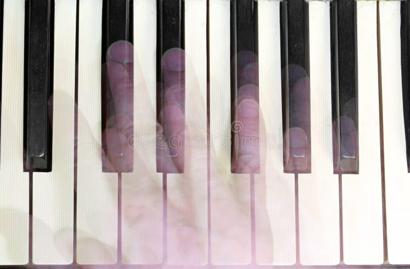 钢琴演奏家的手移动,当使用时 库存图片