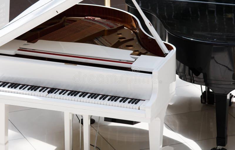 钢琴白色 免版税图库摄影