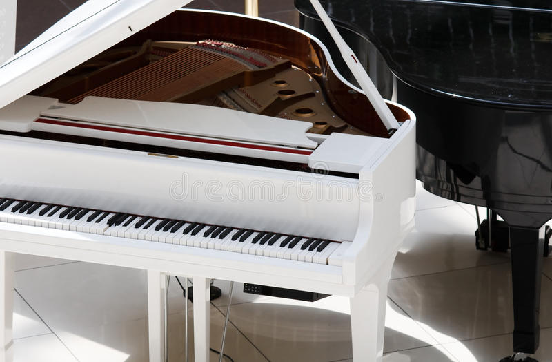 钢琴白色 库存照片
