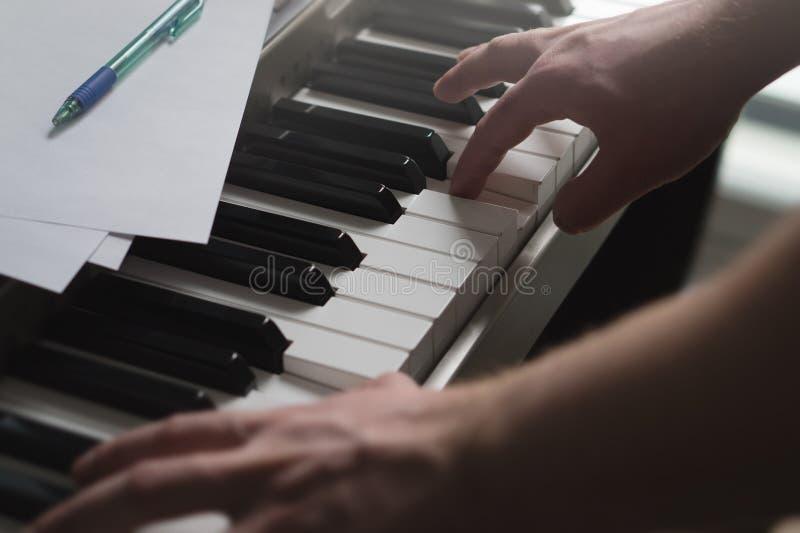 钢琴课,教练,教或者训练概念 库存照片