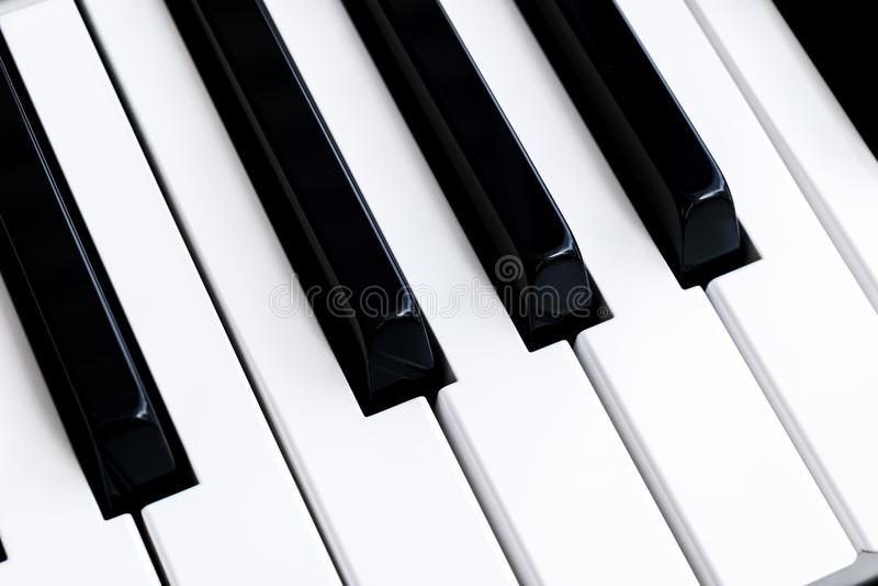 钢琴钥匙顶视图  关闭锁上钢琴 接近的前面看法 有选择聚焦的琴键 对角视图 钢琴keyb 免版税库存照片