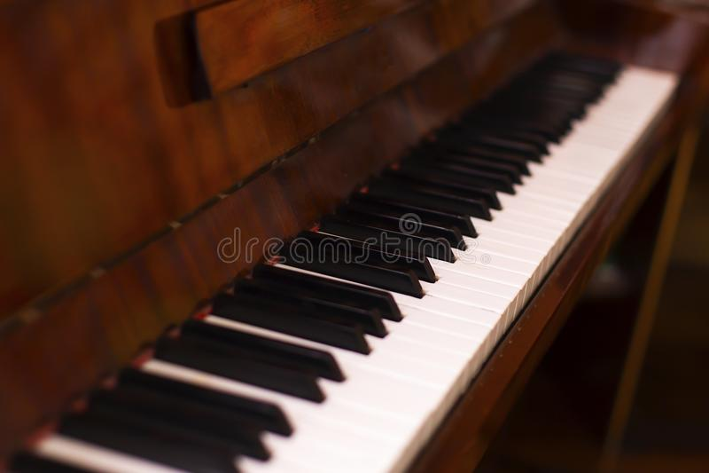 钢琴钥匙,老和葡萄酒 库存照片
