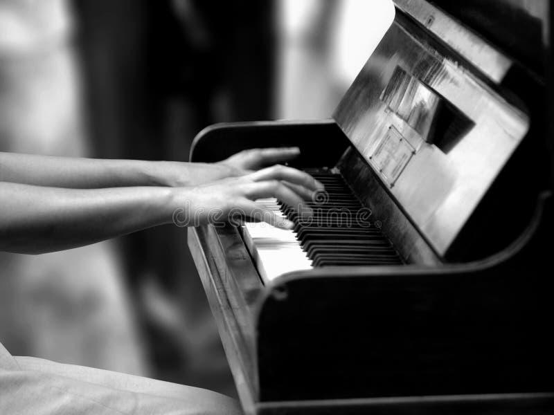 Download 钢琴 库存照片. 图片 包括有 作用, 妇女, 现有量, 经典, 手指, 使用, 钢琴, backarrow - 185128
