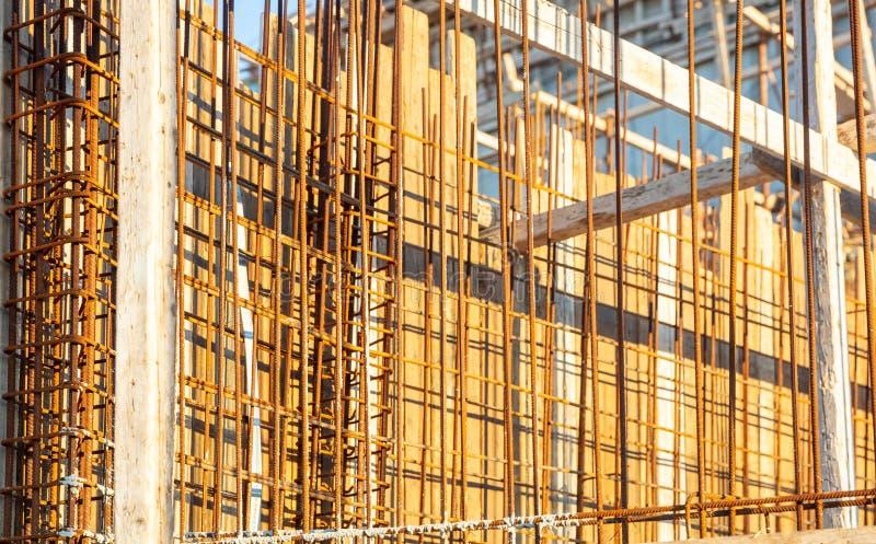 钢筋混凝土,建设中 模板和铁棍增强在工地工作 免版税库存照片