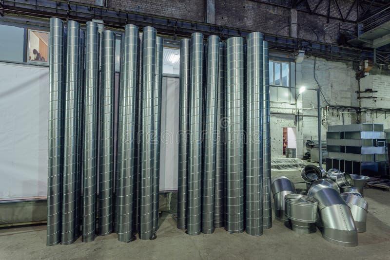 钢管和其他零件工业空气输送管的建筑的在仓库里适应系统 免版税库存图片