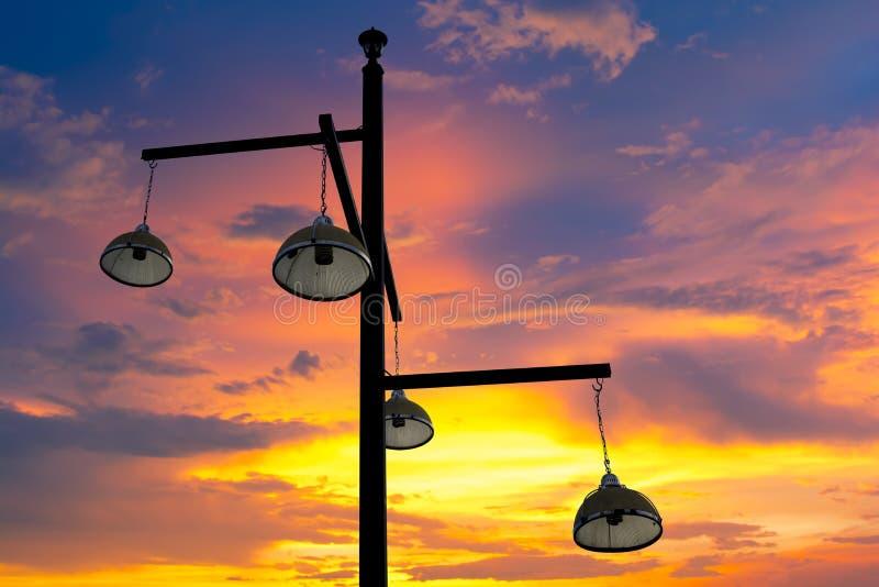 钢管有电灯和晚上天空背景 免版税库存图片