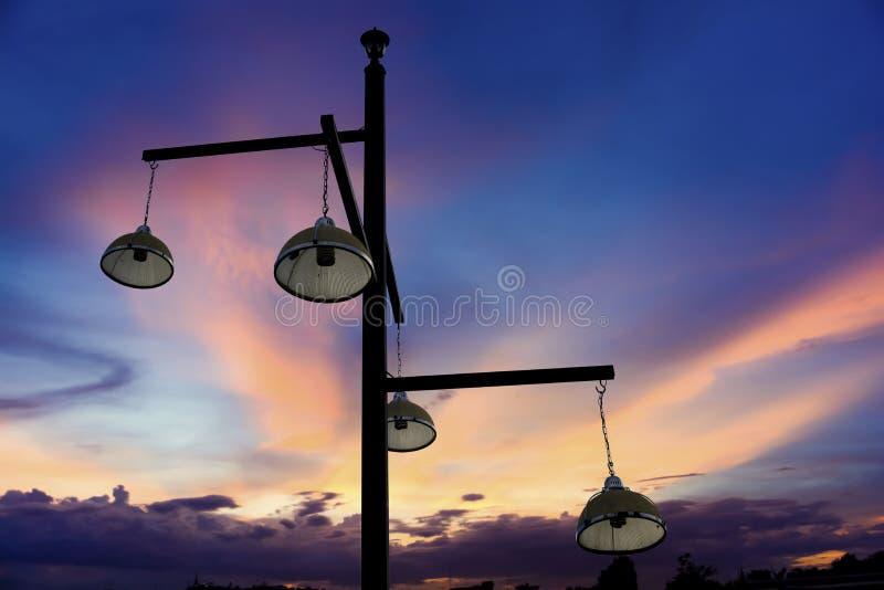 钢管有电灯和晚上天空背景 免版税库存照片