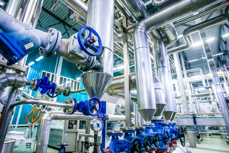 钢管道和阀门在牛奶工厂 图库摄影