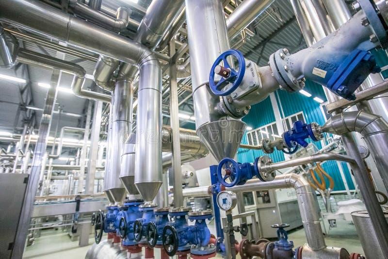 钢管道和阀门在牛奶工厂 免版税库存照片