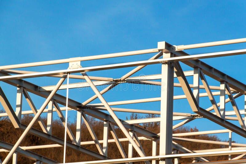钢结构建设中 金属大厅的设施 工作在高度 在建造场所的一个晴天 库存图片