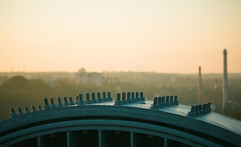 钢结构联接与螺栓和坚果的在工地工作 免版税库存照片