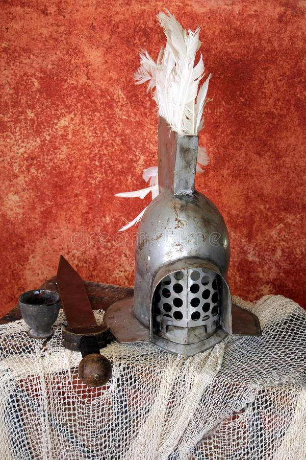 钢罗马争论者盔甲,与一把短的剑  免版税库存照片