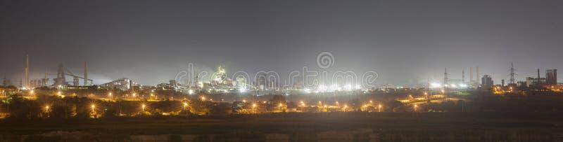 钢铁厂工厂在夜之前 库存照片