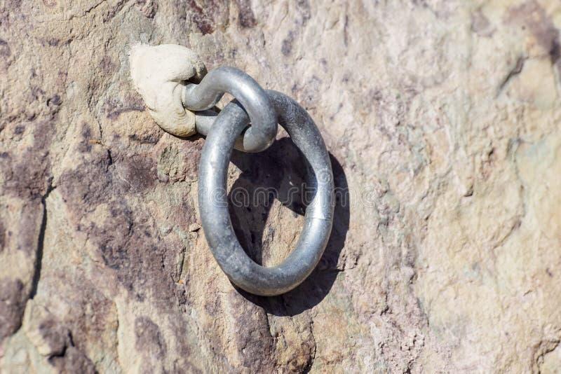 钢闩在砂岩岩石的船锚眼睛细节  末端结钢索 登山人道路 免版税库存照片