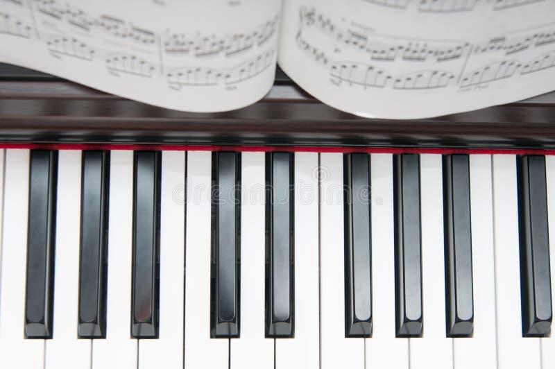 钢琴和活页乐谱 图库摄影