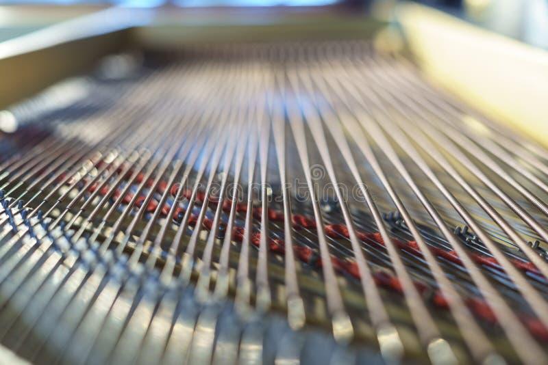 钢琴弦和锤子从里面 免版税图库摄影