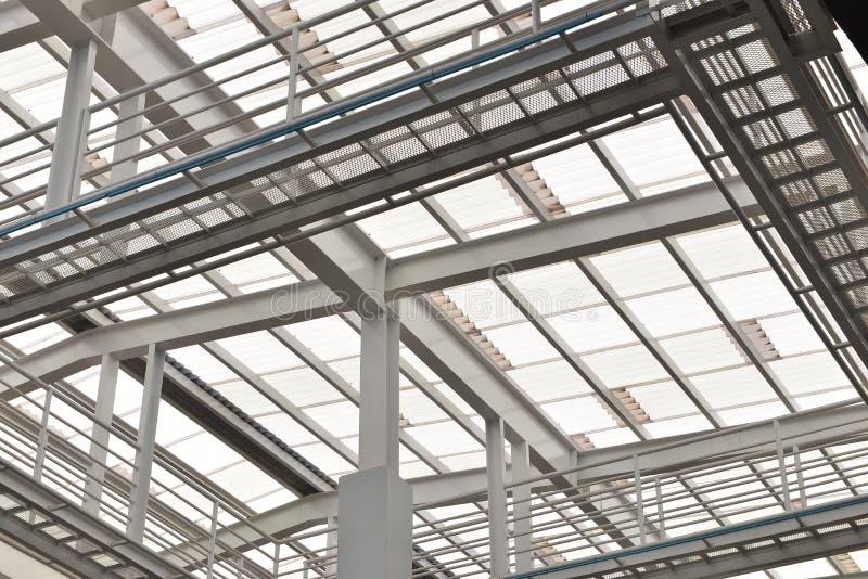 钢结构屋顶,玻璃,太阳能电池,支持 免版税库存照片