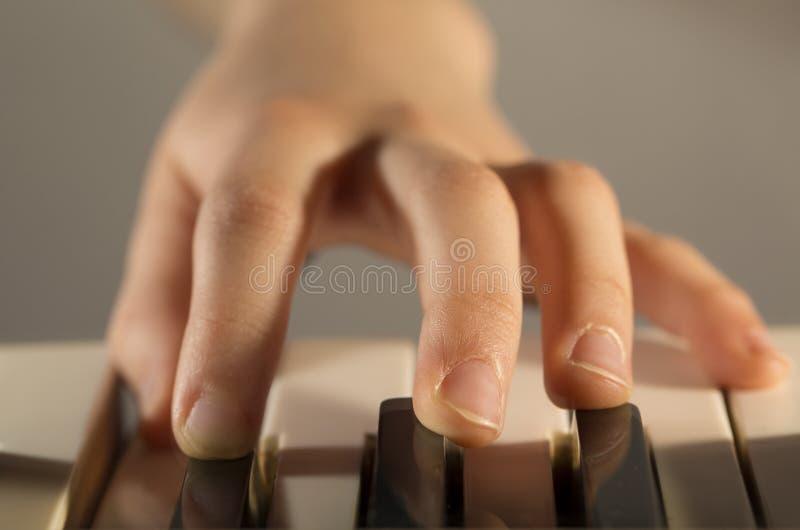 Download 钢琴演奏家手 库存照片. 图片 包括有 音乐会, 按钮, 手指, 曲调, 现有量, 招待, 教育, 关键字 - 30327150