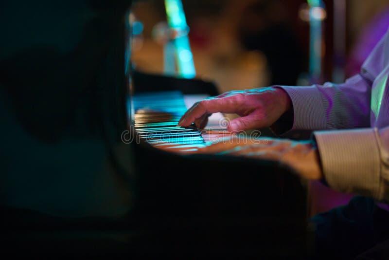 钢琴演奏家的手爵士乐咖啡馆的-远距照相 库存照片