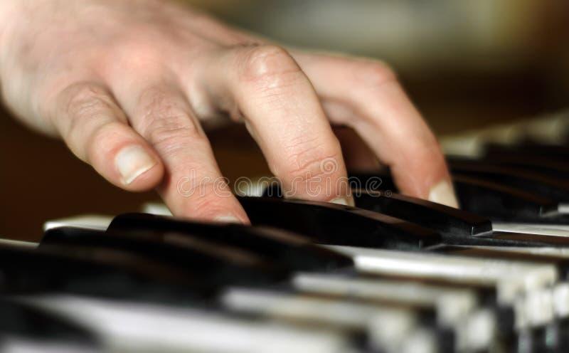 钢琴演奏家的手 免版税库存图片