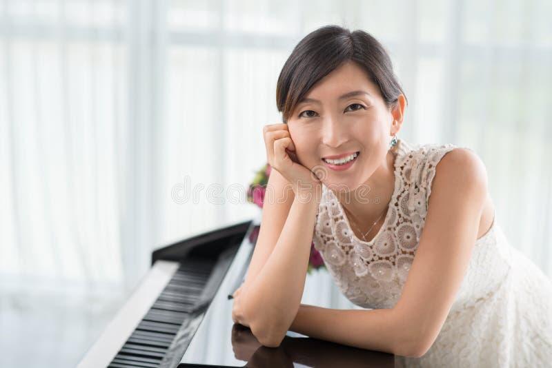 钢琴的老师 免版税库存照片
