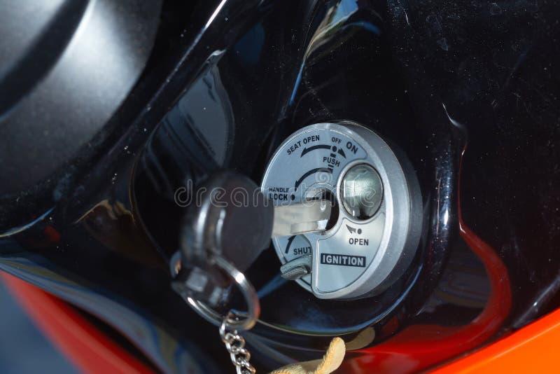 钥匙交换摩托车,开关起始者匙孔摩托车 库存照片