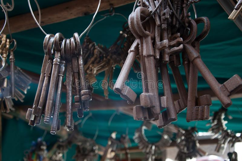 钥匙和古老挂锁在足迹岗位,马德里,西班牙 免版税图库摄影
